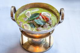 KAENG KIEW WAN NUA Tiras de ternera al curry verde carne de coco y verduras, restaurante Smile Thai, degustación gourmet, maridaje gourmet y mas, maridaje, maridaje gourmet, experiencia gastronómica, Royal Thai Cuisine, comida tailandesa, Madrid, Chef Tasanai Phian O Pas, take away, cocina tailandesa