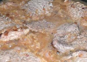 carnes, recetas, recetas de carne, cocinar carne, aprender a cocinar, recetas de maridaje gourmet y más, maridaje gourmet y más, maridaje gourmet, maridaje, escalopes al Oporto, vino de Oporto, vino con un bouquet muy especial, guiso de carne, guiso fácil, cebolla, carne de Tapilla, aceite de oliva, maicena, cebollino, salpimentar, sartén, freir, pochar la cebolla, escalopes, comer carne, comida mediterránea, cocina fácil, cocinero, cocina casera, chef, recetas de cocina